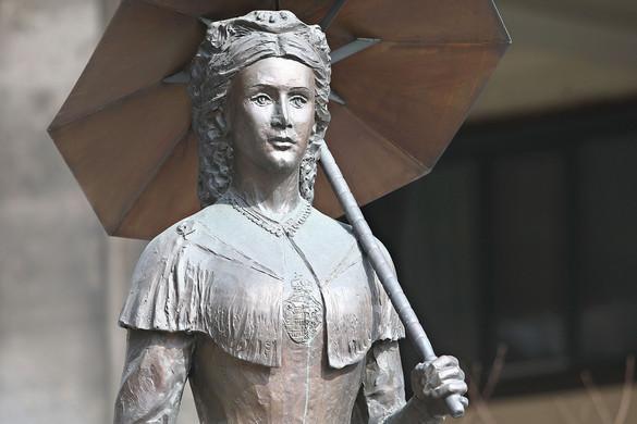 Niedermüllerék azért távolíttatnák el a Sisi-szobrot, mert azon egy magyar címer van