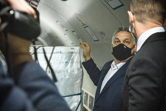 Orbán Viktor a reptéren felügyelte a vakcinák érkezését