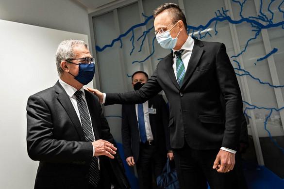 Egymást bünteti Peking és Brüsszel