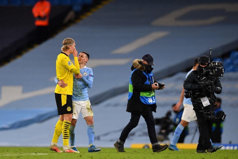 A City-Dortmund-meccs két fiatal gyöngyszeme, Erling Braut Haaland (sárgában) és Phil Foden barátkozik a meccs végén