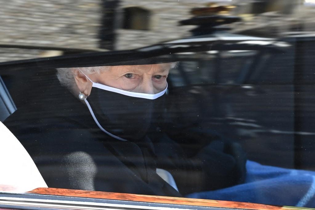 A gyászoló II. Erzsébet autóban követi a menetet