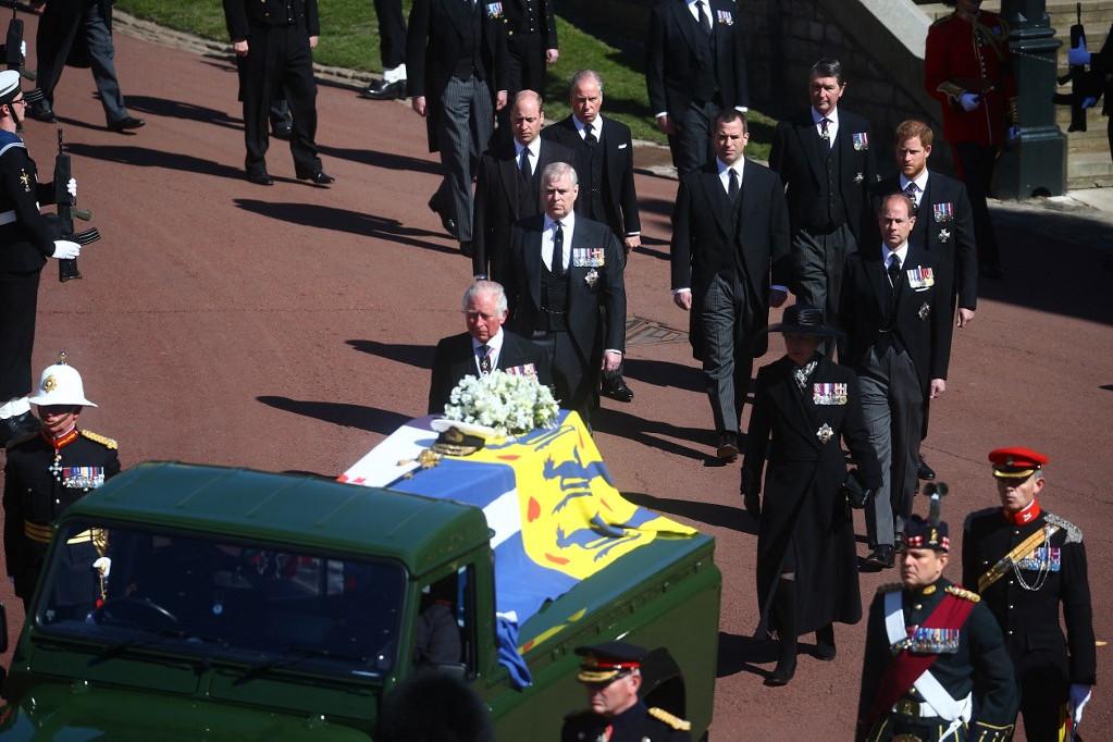 A Fülöp herceg koporsóját szállító Land Rover mögött a gyászoló királyi család halad