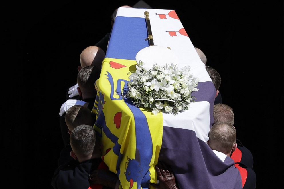 Fülöp herceg koporsóját - melyet saját zászlaja fed - beviszik a kápolnába