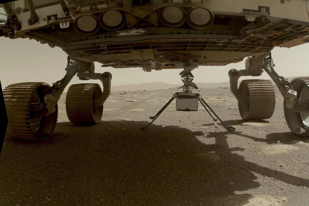 Az ultrakönnyű helikopter a Perseverance marsjáróhoz erősítve érkezett meg a Marsra február 18-án