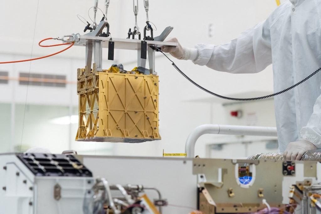 A kutatórover MOXIE (MarsOxygen In-Situ Resource Utilization Experiment) elnevezésű, kenyérpirító-nagyságú eszköze aMarslégkörének szén-dioxidjából állított elő 5 gramm tiszta oxigént, amely egy asztronauta lélegzéséhez 10 percre lenne elég