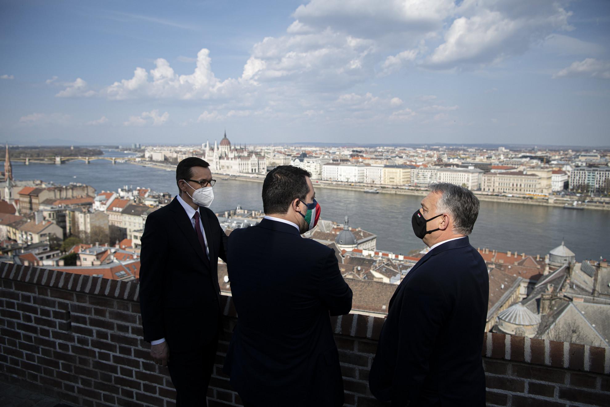 Orbán Viktor miniszterelnök, a Fidesz elnöke (j) Matteo Salvinivel, az olasz jobboldali kormánypárt, a Liga vezetőjével (k) és Mateusz Morawiecki lengyel miniszterelnökkel (b) folytatott háromoldalú találkozóján a Karmelita kolostorban 2021. április 1-jén