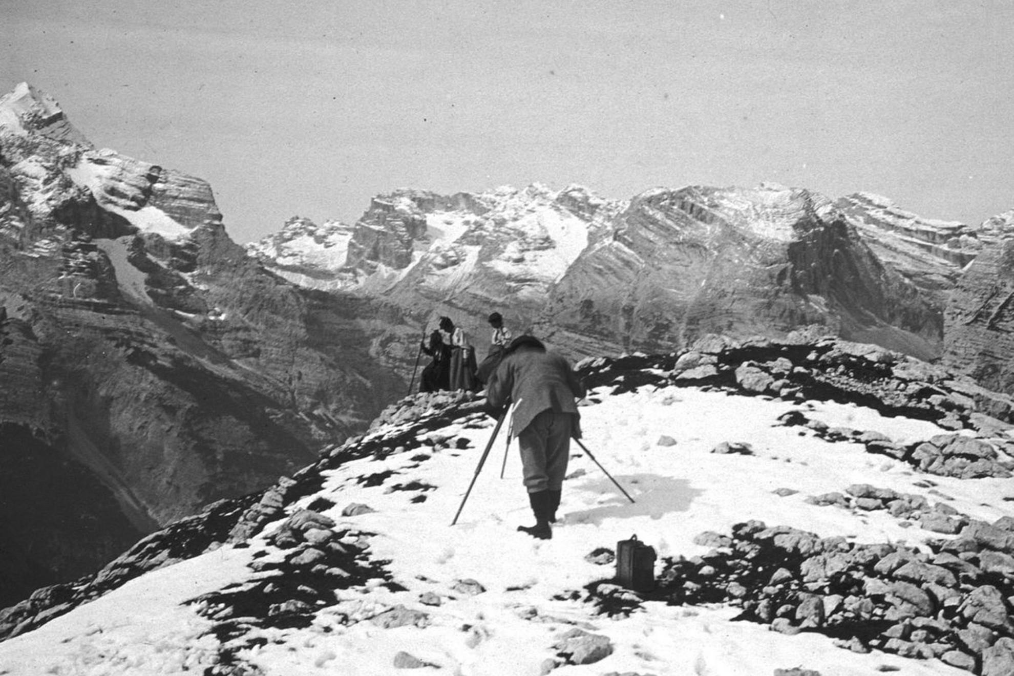Eötvös Loránd szoknyában hegyet mászó lányait, Rolandát és Ilonát fényképezi