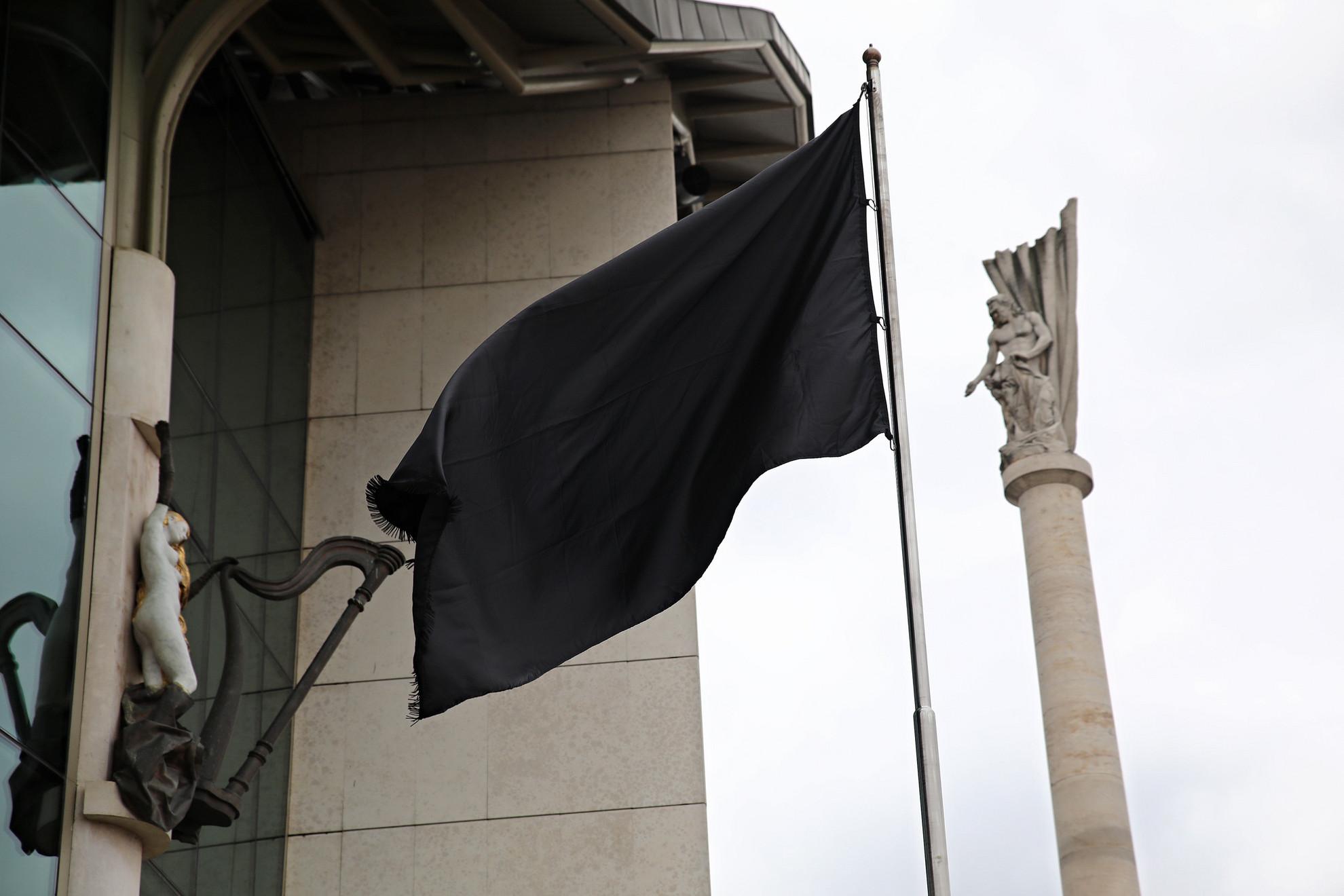 Felhúzták a fekete zászlót a Nemzeti Színházra