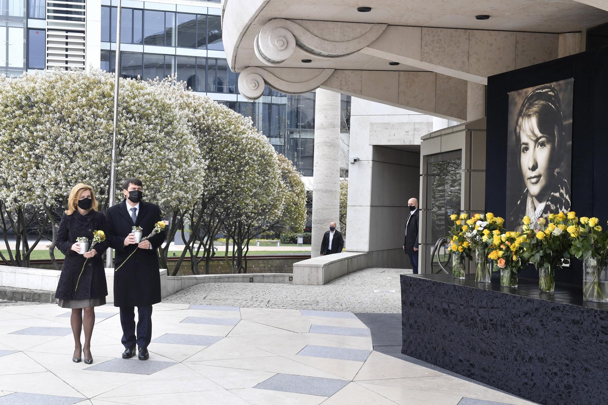 Áder János köztársasági elnök és felesége, Herczegh Anita virágot visz Törőcsik Mari Kossuth-nagydíjas, kétszeres Jászai Mari- és Balázs Béla-díjas színésznő portréjához a színház előtt 2021. április 18-án