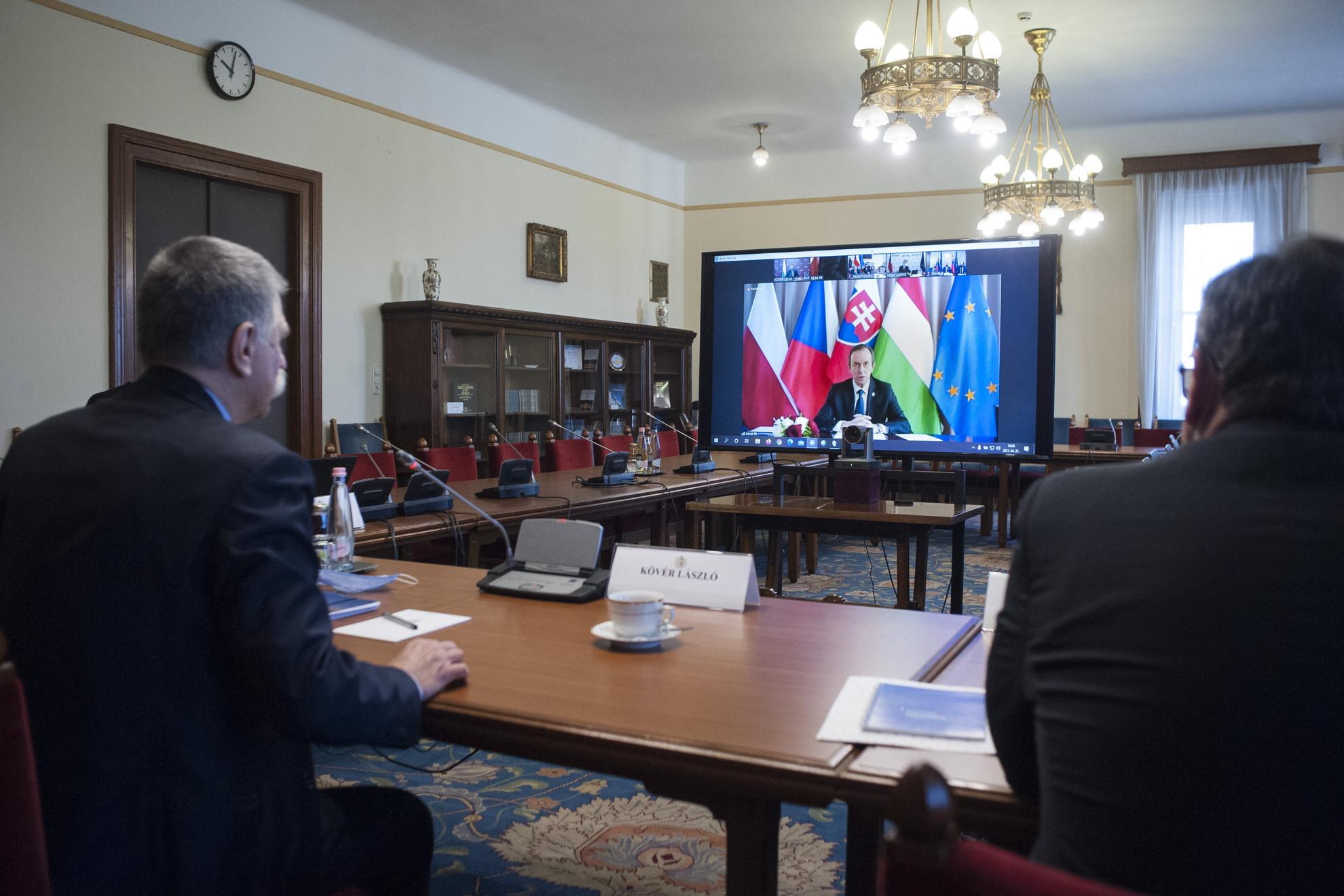 Kövér László, az Országgyűlés elnöke (b) részt vesz a visegrádi csoportot (V4) alkotó országok parlamenti elnökeinek online találkozóján az Országházban