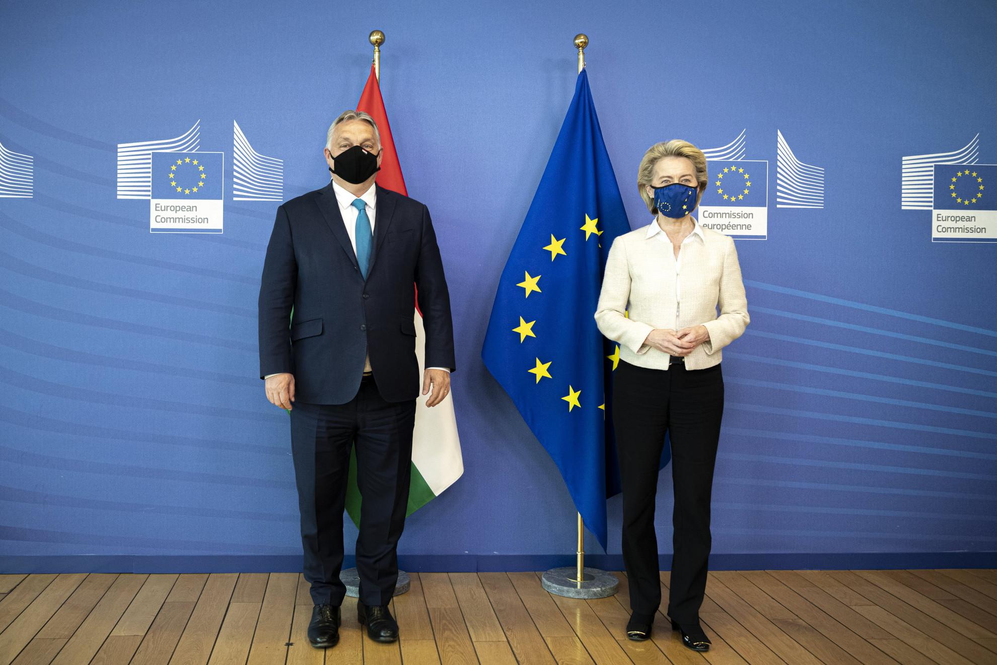 Orbán Viktor miniszterelnök (b) és Ursula von der Leyen, az Európai Bizottság elnökének (j) találkozója a bizottság épületében Brüsszelben 2021. április 23-án