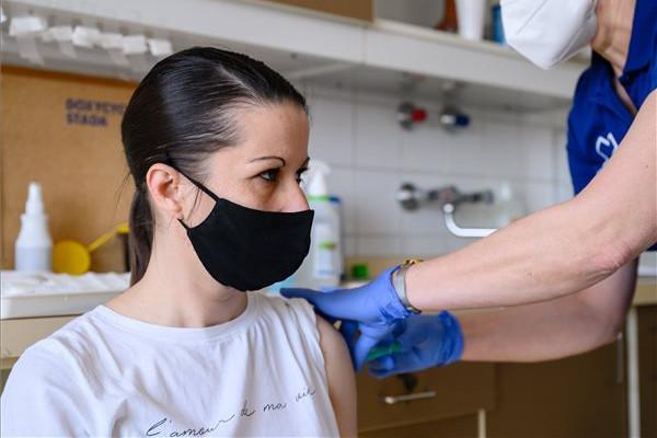 Egy nőt beoltanak az orosz Szputnyik V koronavírus elleni vakcina (hivatalos nevén Gam-COVID-Vac) második adagjával