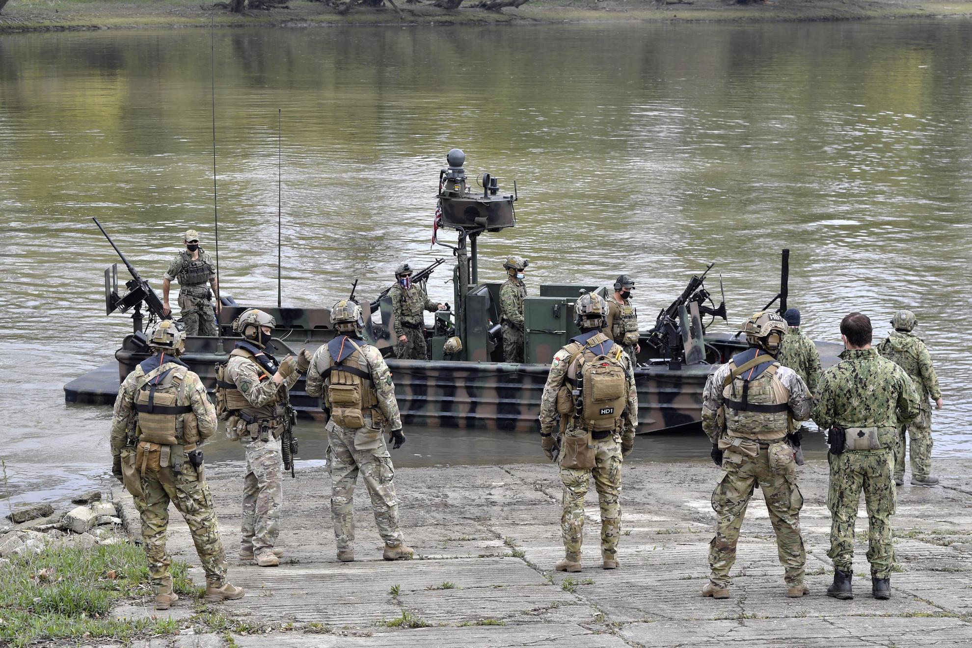 Amerikai SOC-R hajók fegyverzetével ismerkednek a magyar különleges műveleti egység katonái a Black Swan 21 elnevezésű nemzetközi különleges műveleti gyakorlaton