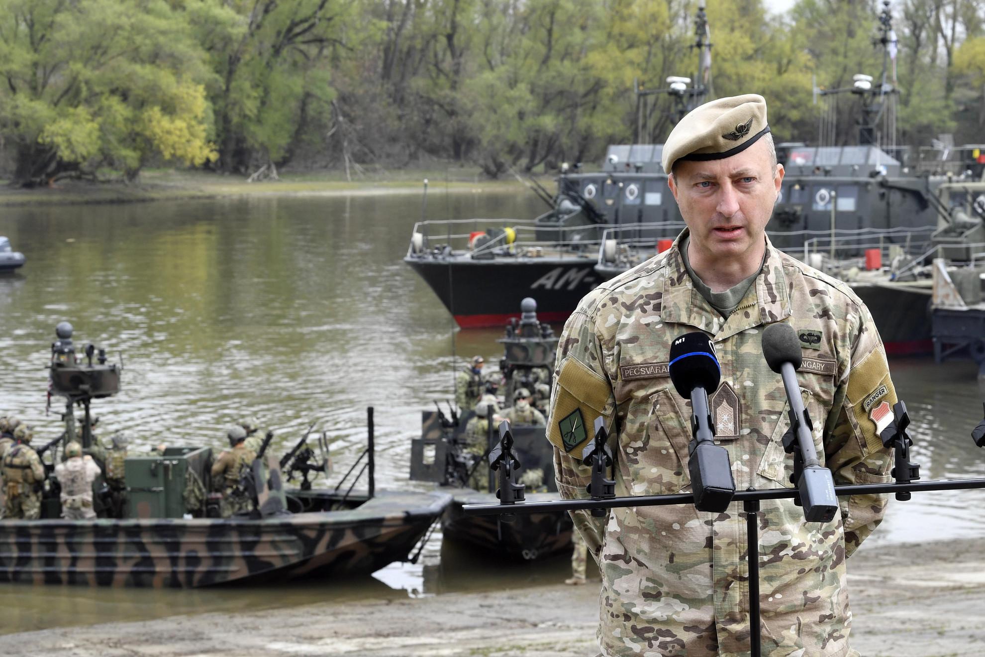 Pécsvárady Szabolcs ezredes, az MH 2. vitéz Bertalan Árpád Különleges Rendeltetésű Dandár parancsnoka sajtótájékoztatót tart