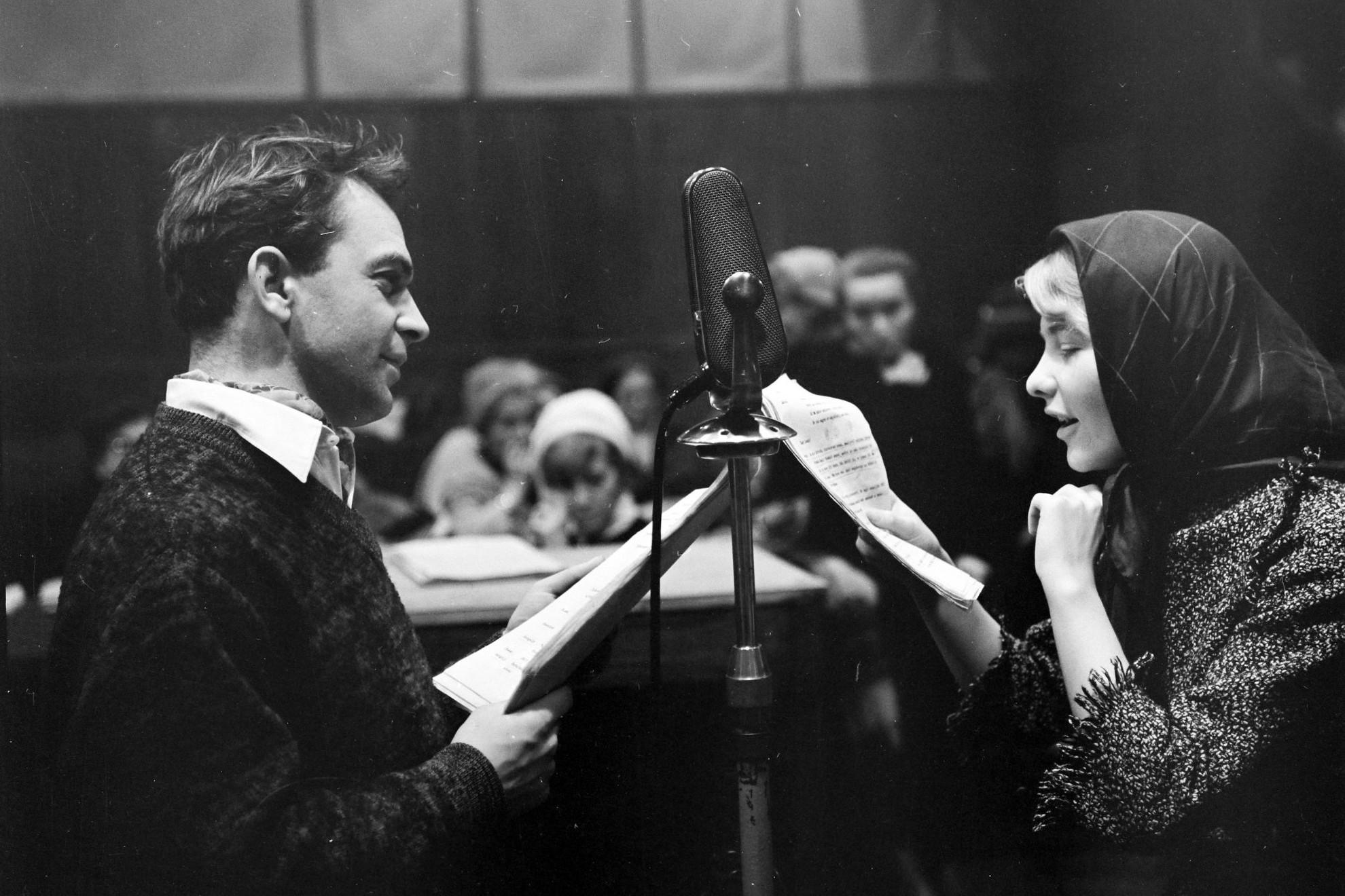 Bodrogi Gyula és Törőcsik Mari színművészek a Magyar Rádió 1-es stúdiójában Gárdonyi Géza Az egri csillagok című művéből készült rádiójáték felvételekor, 1958-ban