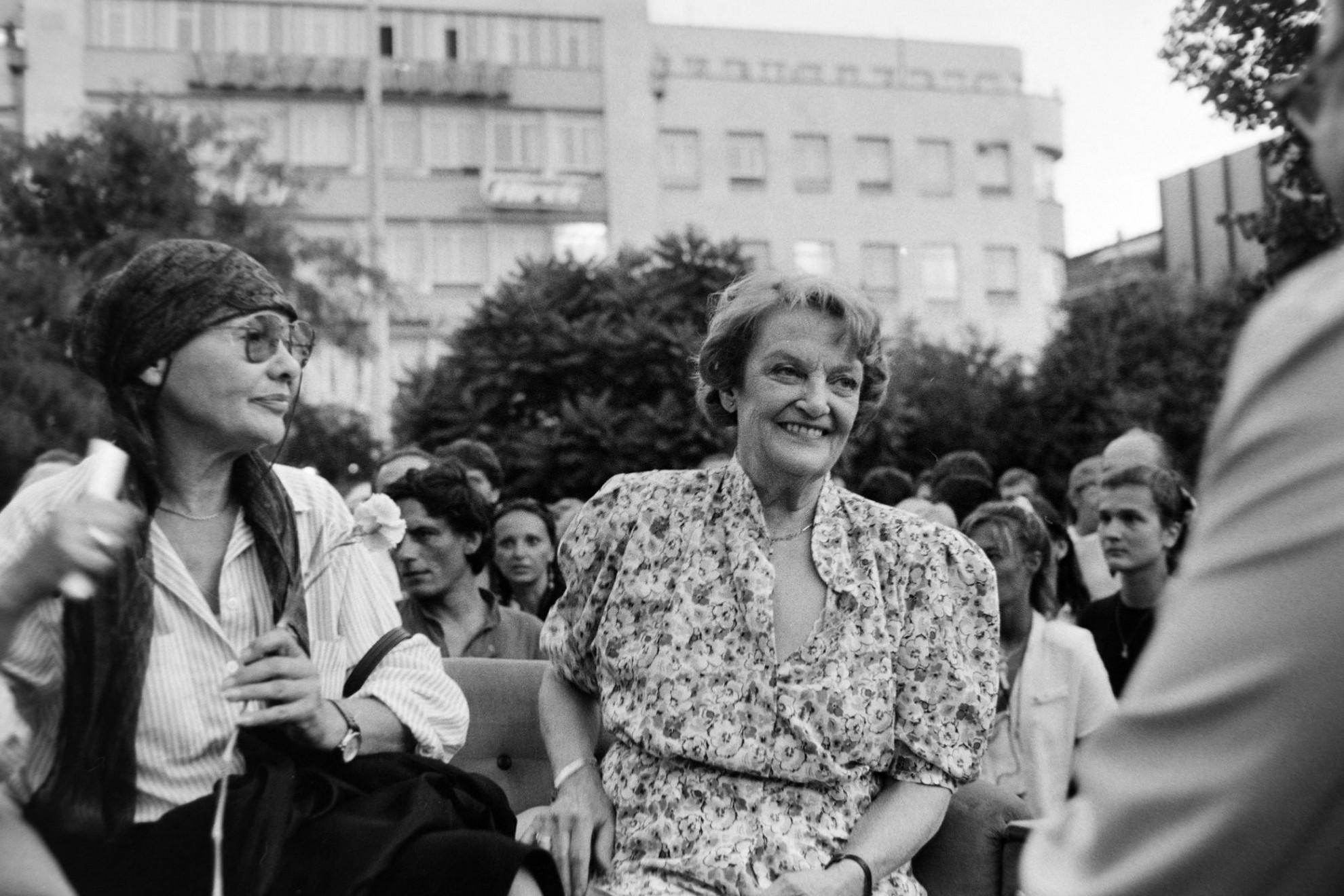 A Blaha Lujza tértől a Várba vonult a színészek fáklyás menetet tartottak a magyar színház megalakulásának 200. évfordulójára rendezett színészkarneválon, 1990-ben, a kép előterében Törőcsik Mari és Tolnay Klári színművésznők