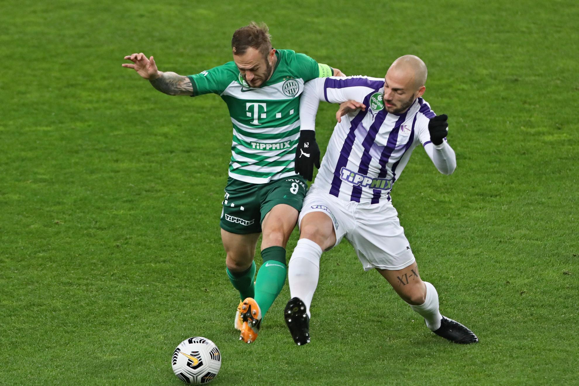 A ferencvárosi Lovrencsics (balra) és az Újpesti Croizet harca a labdáért