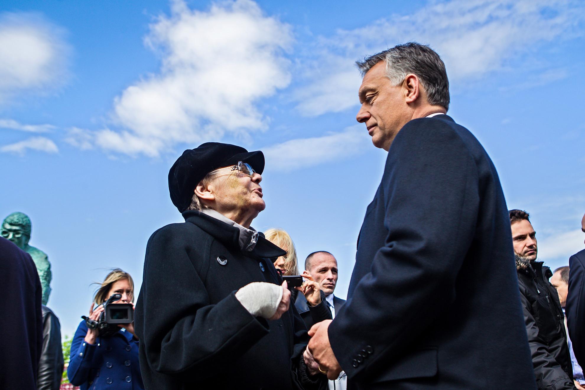 Törőcsik Mari és Orbán Viktor miniszterelnök Schwajda György szoboravatásán a Nemzeti Színháznál 2015-ben