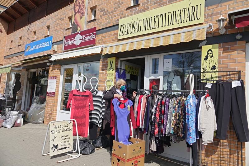 Szerdán újra kinyithattak a boltok és a szolgáltatók (A képre kattintva lapozhatók a galéria fotói)