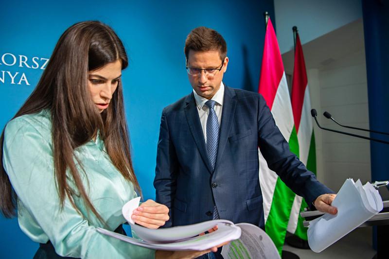 Szentkirályi Alexandra kormányszóvivő és Gulyás Gergely Miniszterelnökséget vezető miniszter a kormányinfón