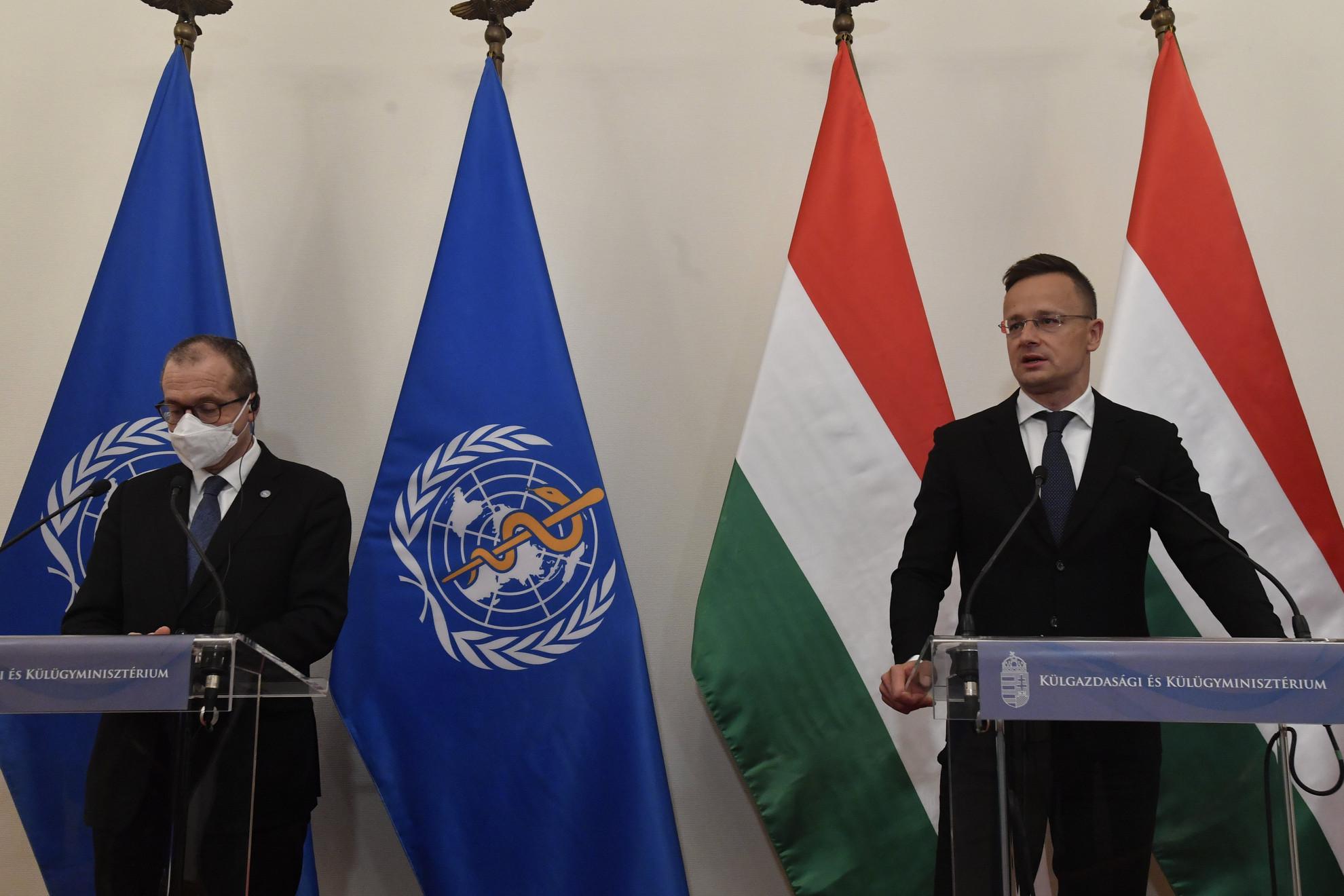Szijjártó Péter külgazdasági és külügyminiszter (j) és Hans Kluge, az Egészségügyi Világszervezet (WHO) európai regionális igazgatója (j2) megbeszélésüket követően sajtótájékoztatót tart Budapesten