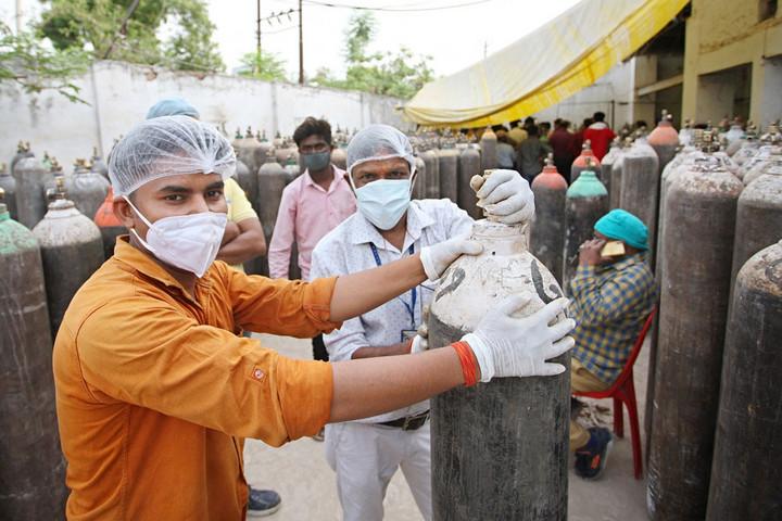 India: második napja döntött rekordot az új fertőzöttek száma, többen életüket vesztették egy kórháztűzben