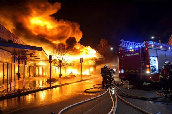 Több százmilliós kárt okozott a Spar raktárában keletkezett tűz