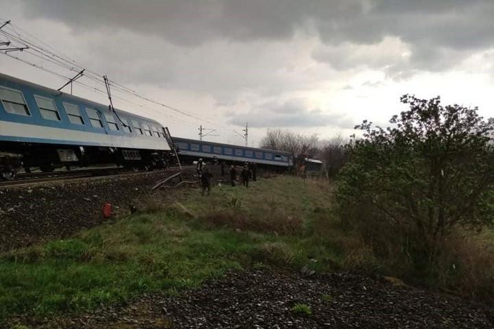 Traktor és két személyvonat ütközött Újfehértónál, az egyik vonat kisiklott
