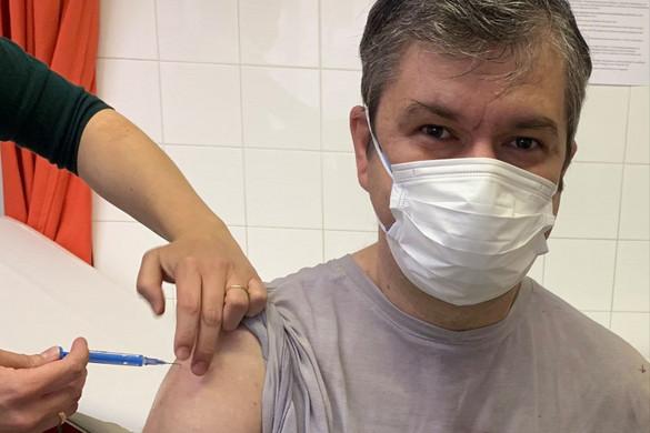 Oltás után egyből a kínai vakcinát kezdte el támadni Hadházy Ákos