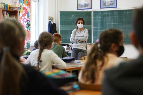 Tanévkezdésig beoltaná a 12 év felettieket a kormány