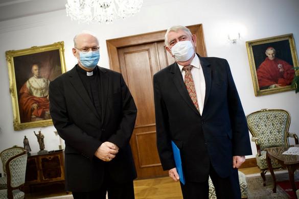 Kásler Miklós felajánlotta segítségét Erdő Péter bíborosnak