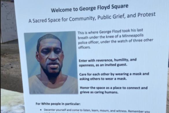 Fehér emberekre vonatkozó utasításokat tartalmazó táblát helyeztek ki a George Floyd-térre