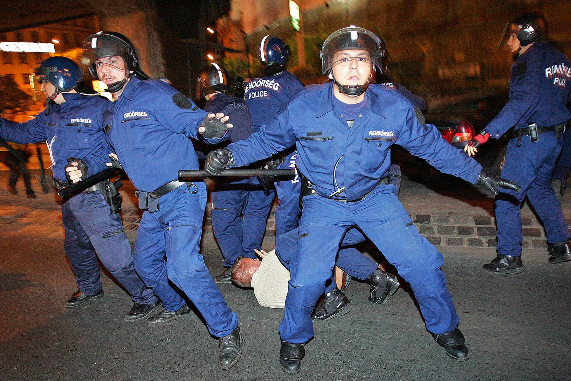 A beszéd nyomán kirobbant tüntetéseken a rendőrség brutálisan rátámadt a demonstrálókra