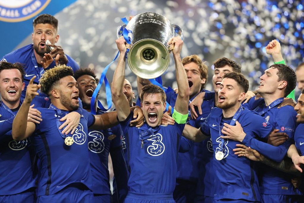 A Chelsea csapatkapitánya, Cesar Azpilicueta emeli magasba a Bajnokok Ligája trófeáját