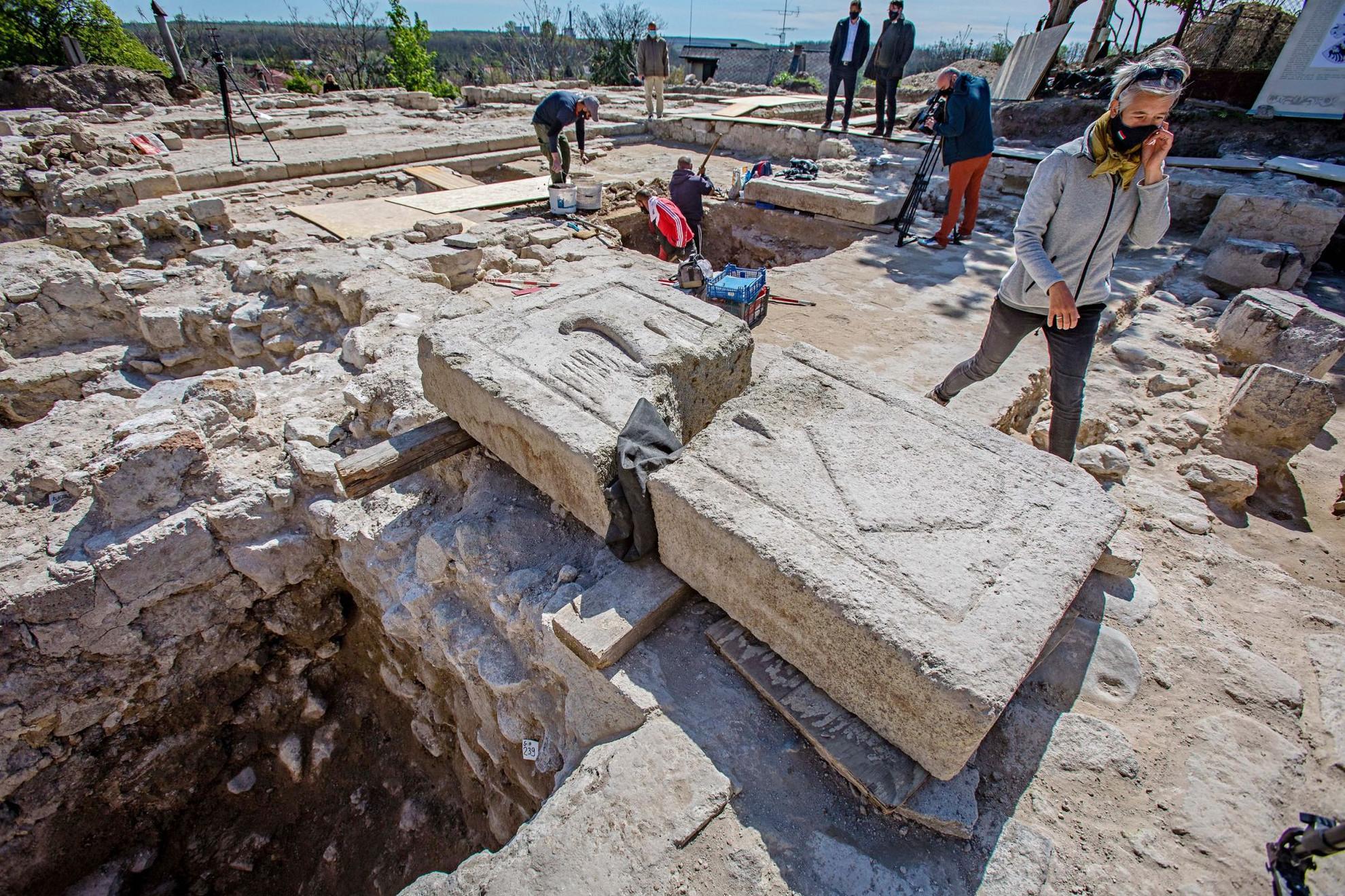 Az ásatások során értékes leleteket, többek között egy óriási sírkövet is találtak