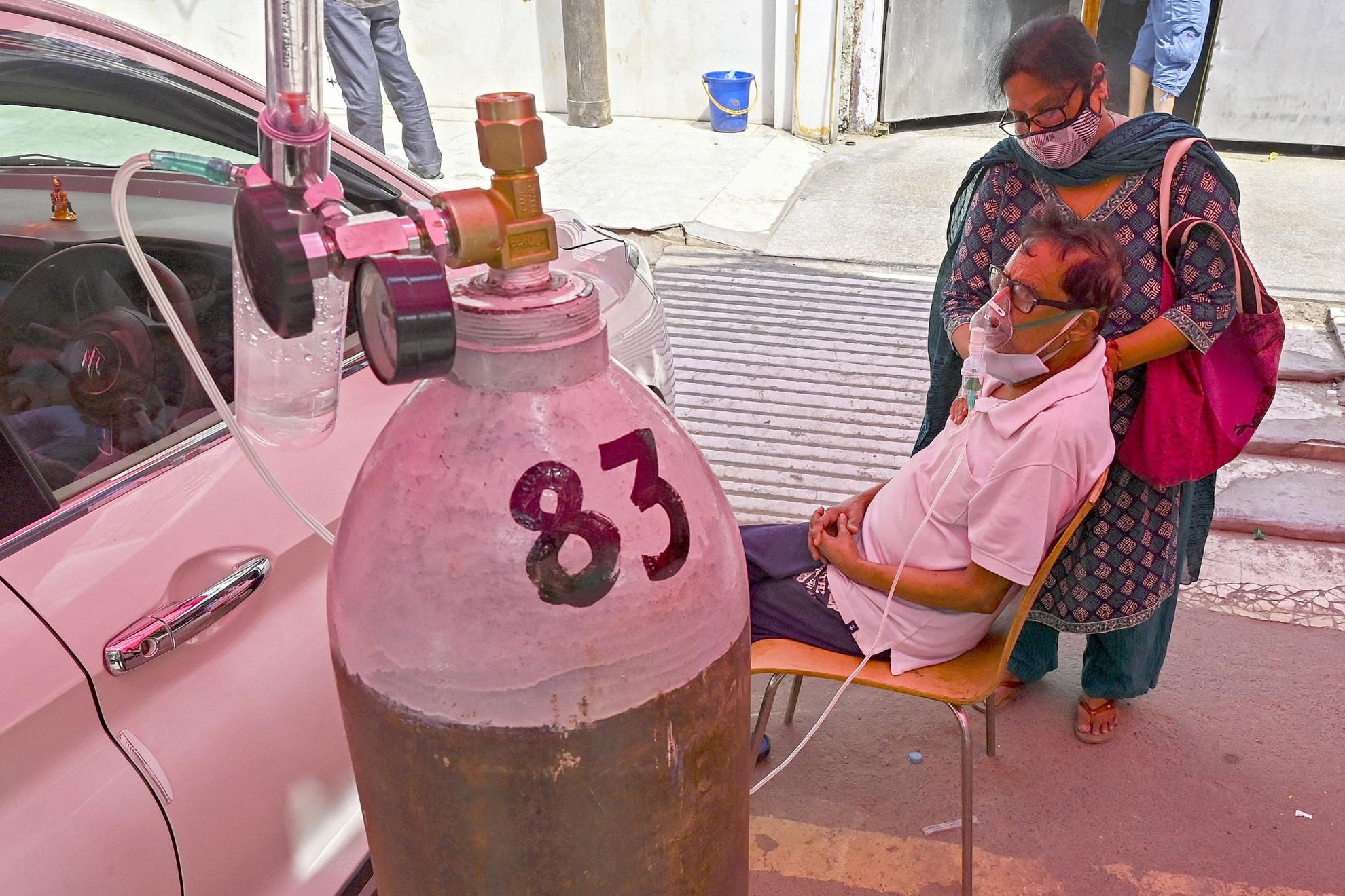 Még súlyos betegségében is szerencsésnek tarthatja magát ez az indiai férfi, aki be tudott szerezni egyet a hiánycikknek számító oxigénpalackból