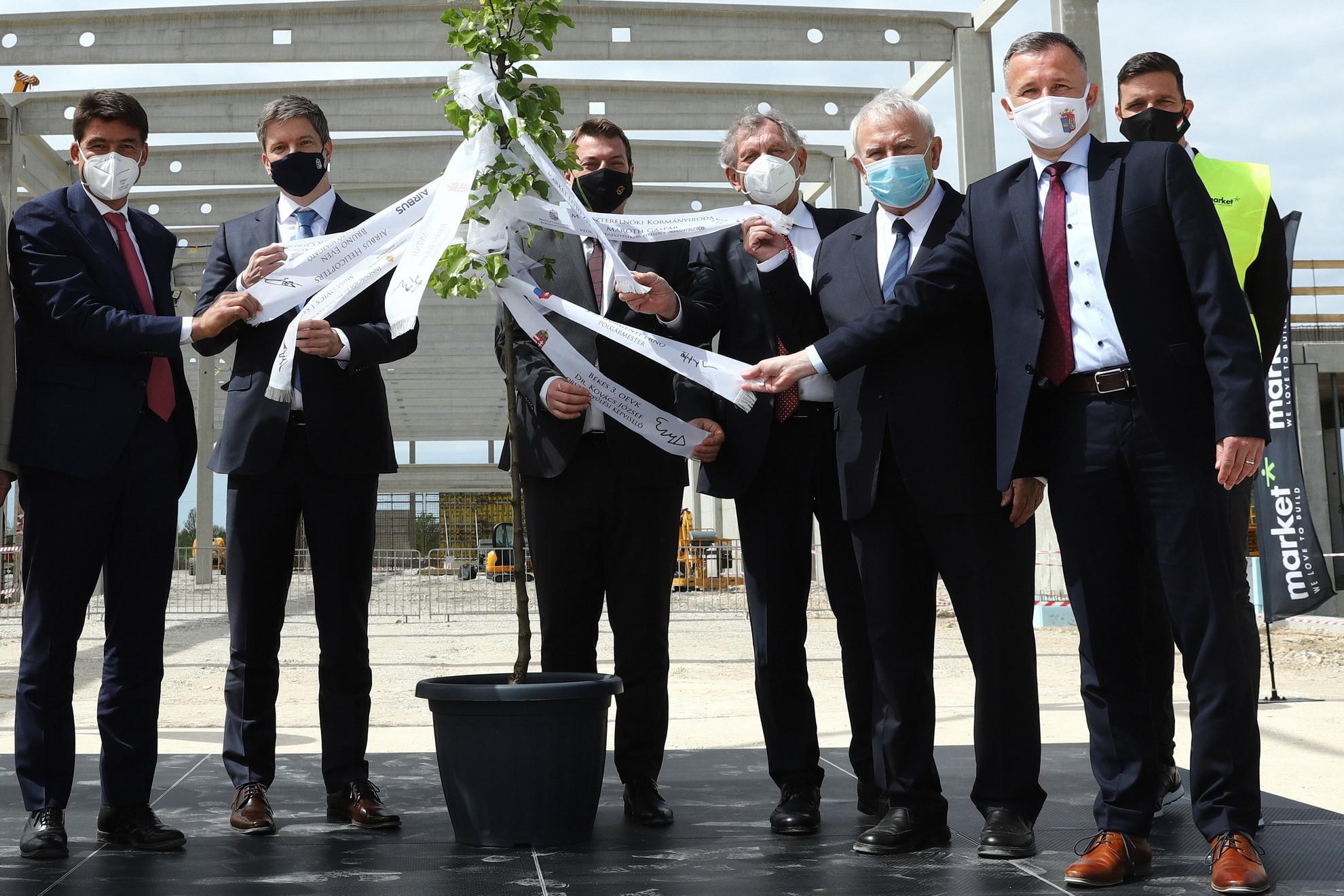 Balról jobbra: Bruno Even, az Airbus Helicopters ügyvezető igazgatója, Maróth Gáspár védelmi fejlesztésekért felelős kormánybiztos, Juhász Roland, a Miniszterelnöki Kormányiroda állami vagyongazdálkodásért felelős államtitkára, Lepsényi István, az Innovációs és Technológiai Minisztérium (ITM) miniszteri biztosa, Kovács József (Fidesz), a térség országgyűlési képviselője, Görgényi Ernő (Fidesz-KDNP), Gyula polgármestere és Kiss István, a generálkivitelező Market Építő Zrt. vezérigazgatója az Airbus Helicopters Hungary épülő alkatrészgyártó üzeme bokrétaünnepségén Gyulán 2021. május 6-án. A több mint 13 ezer négyzetméter alapterületű, 25 milliárd forint értékű gyárban a tervek szerint jövő tavasszal indul a gyártás, több mint kétezerféle precíziós alkatrészt gyártanak majd, a közeljövőben több mint 200 magasan képzett szakembernek adva munkát