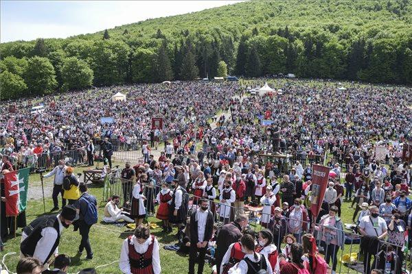 Zarándokok érkeznek a csíksomlyói búcsú szentmiséjére a Kis- és Nagysomlyó-hegy közötti hegynyeregbe