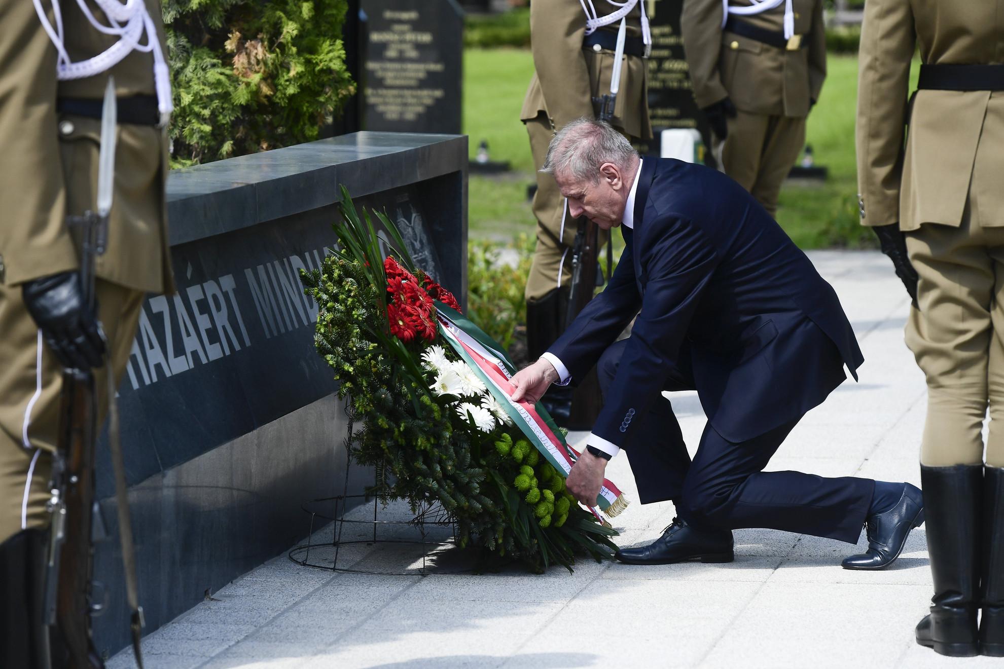 Benkő Tibor honvédelmi miniszter koszorút helyez el a megújult Hősök parcellájának avatásán a Fiumei úti sírkert 52. parcellájában 2021. május 30-án