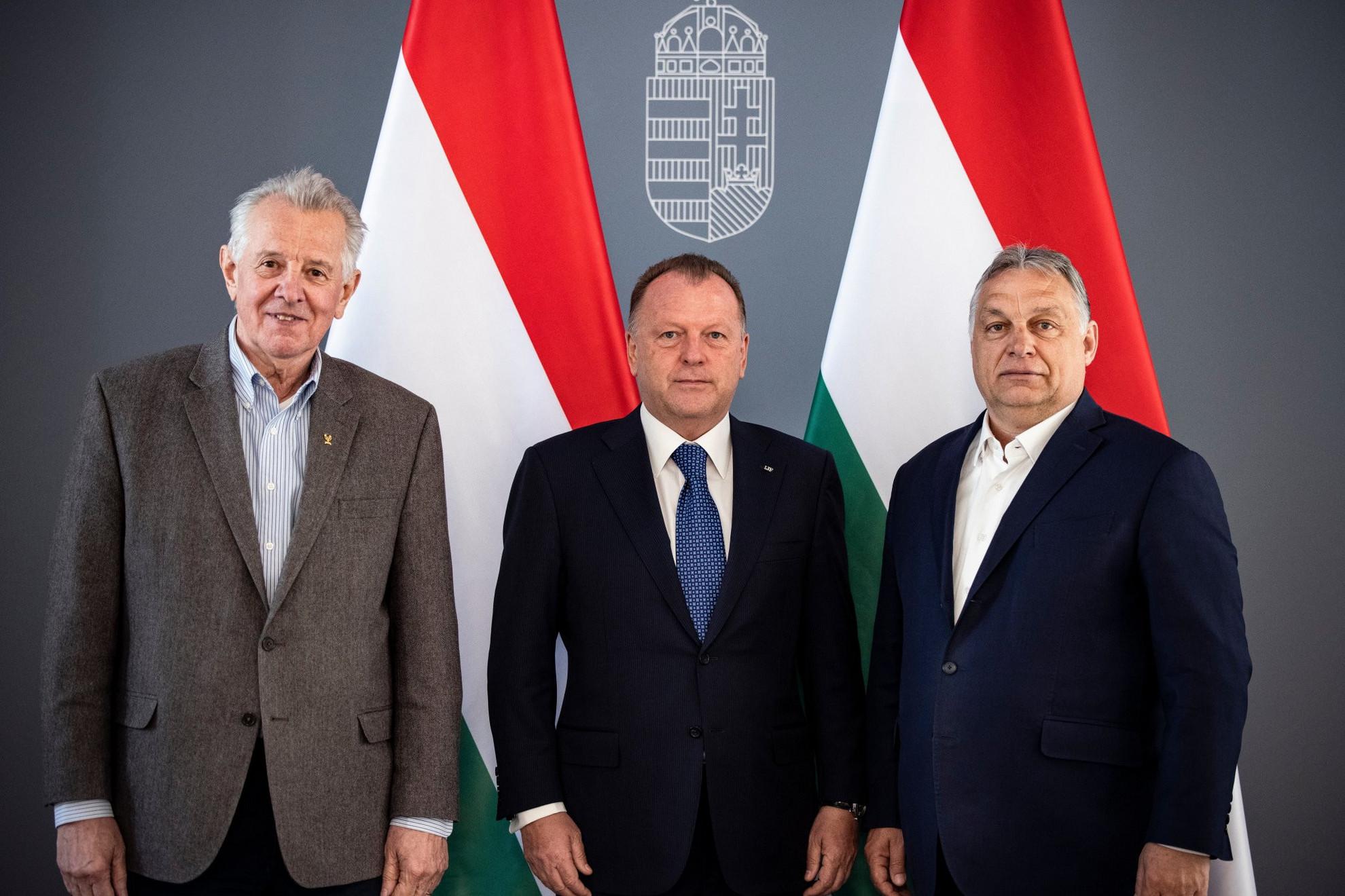 Orbán Viktor kormányfő (j) és a Nemzetközi Cselgáncs Szövetség (IJF) elnöke, Marius Vizer (k) találkozója a Karmelita kolostorban 2021. május 3-án - balról Schmitt Pál, a Magyar Olimpiai Bizottság (MOB) tiszteletbeli elnöke, a Nemzetközi Olimpiai Bizottság tagja, korábbi köztársasági elnök