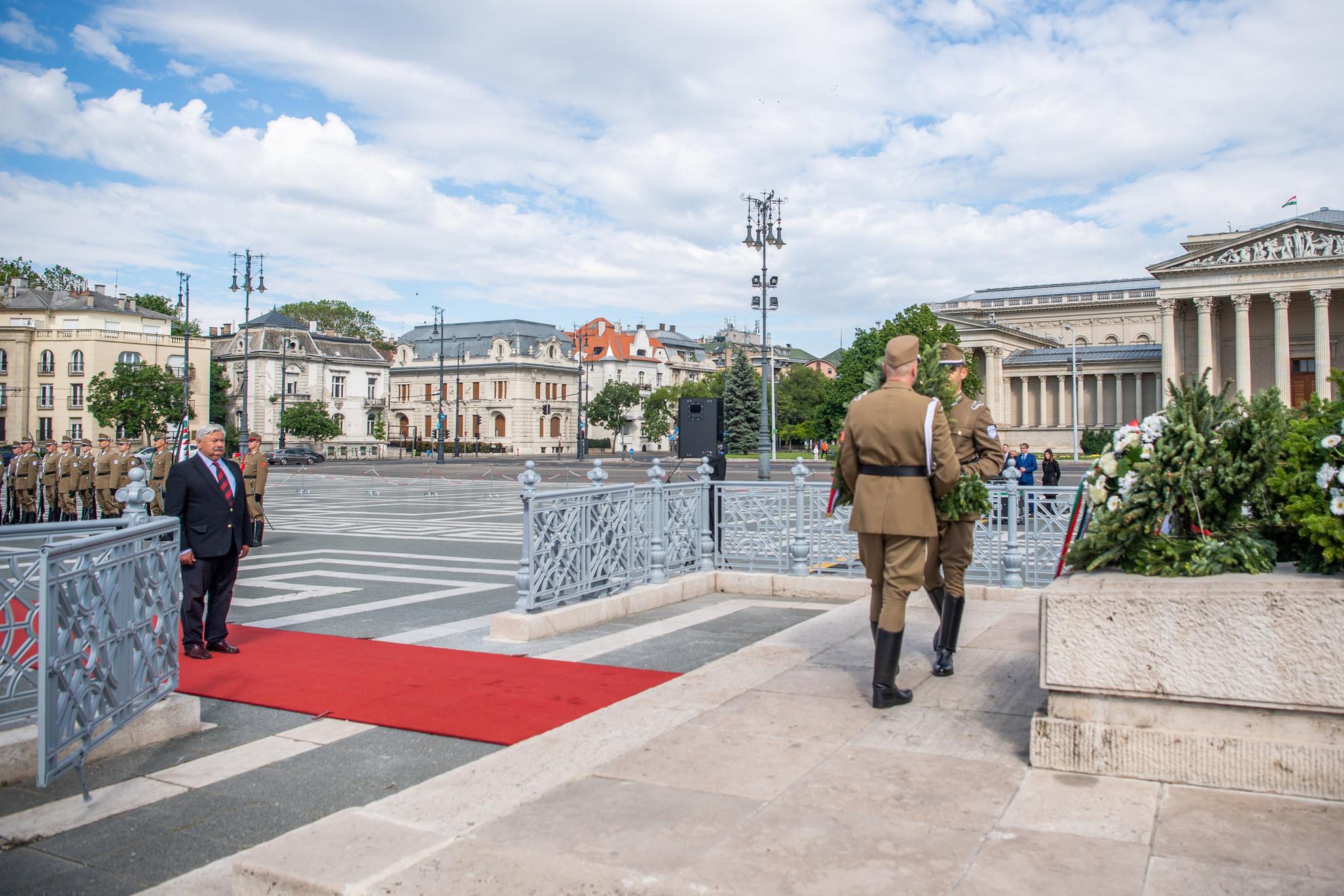 Idősebb Lomnici Zoltán, az Emberi Méltóság Tanácsának elnöke koszorúz a Magyar Hősök Emlékkövénél a magyar hősök emlékünnepén Budapesten, a Hősök terén 2021. május 30-án