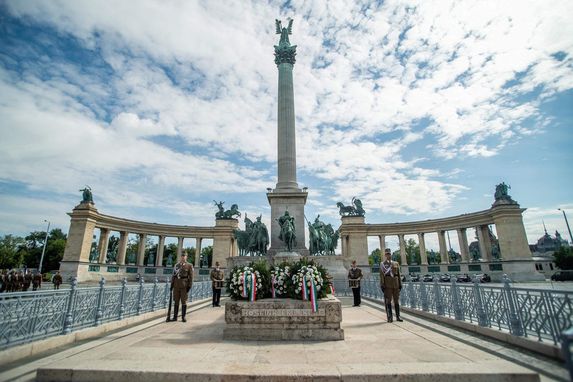 Díszőrség a Magyar Hősök Emlékkövénél a magyar hősök emlékünnepén Budapesten, a Hősök terén 2021. május 30-án