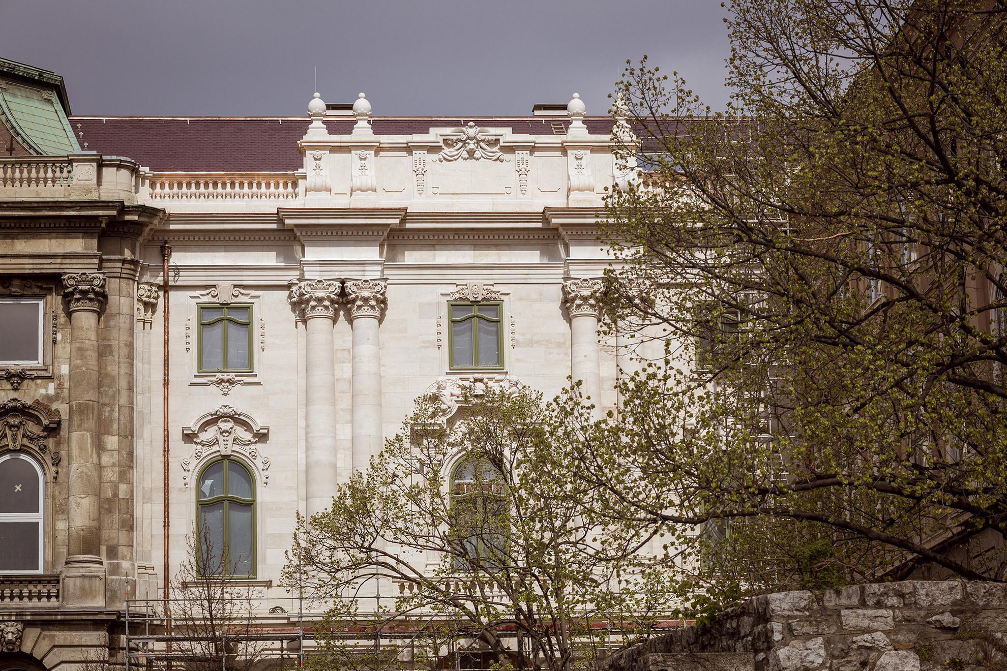 Az épületrész déli homlokzatát az egykori tervek szerint a Nemzeti Hauszmann Program keretében építették újjá