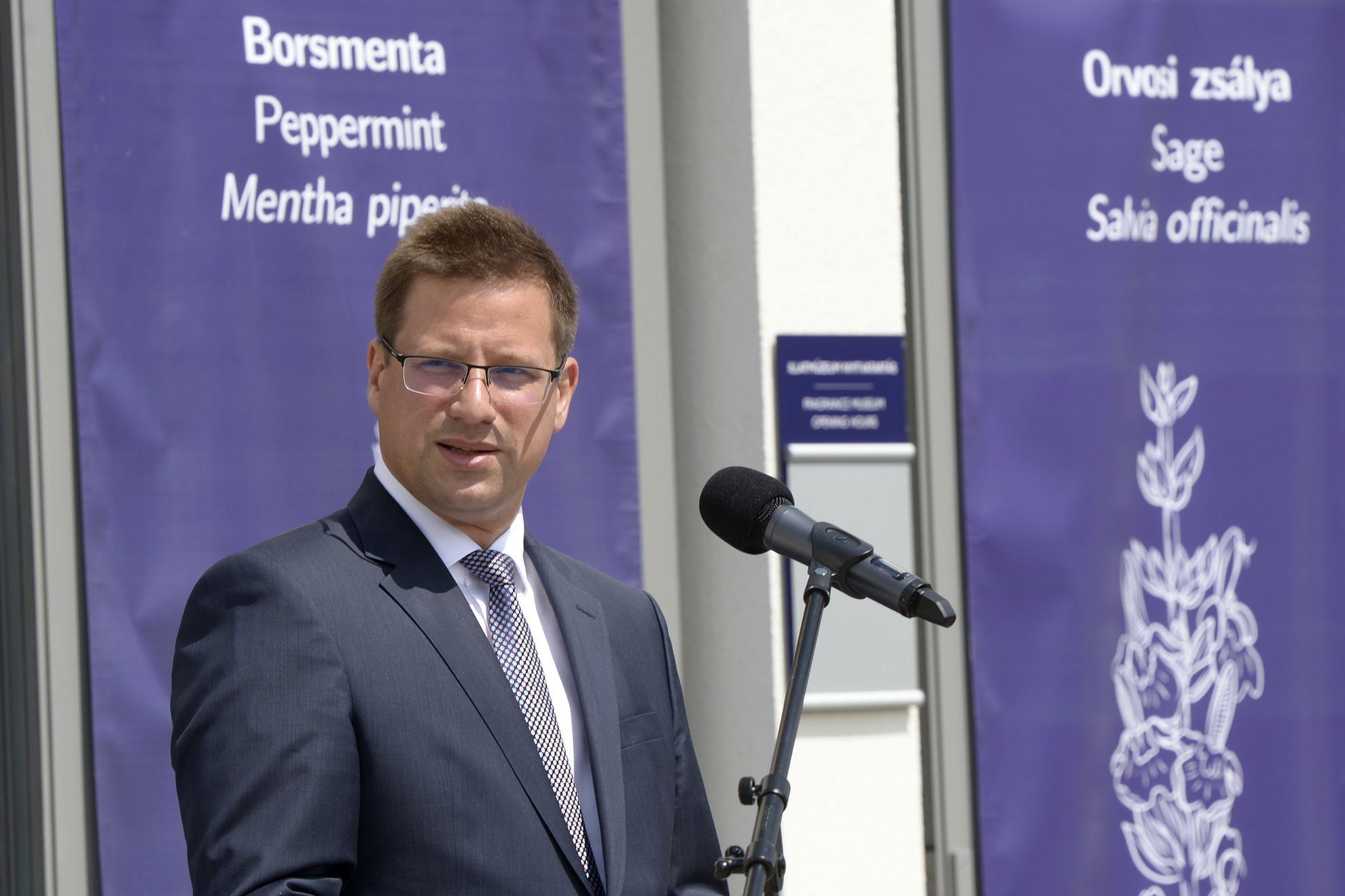 Gulyás Gergely Miniszterelnökséget vezető miniszter beszédet mond a Pannonhalmi Főapátság Illatmúzeumának és gyógynövényes látványműhelyének hivatalos megnyitóján 2021. május 30-án