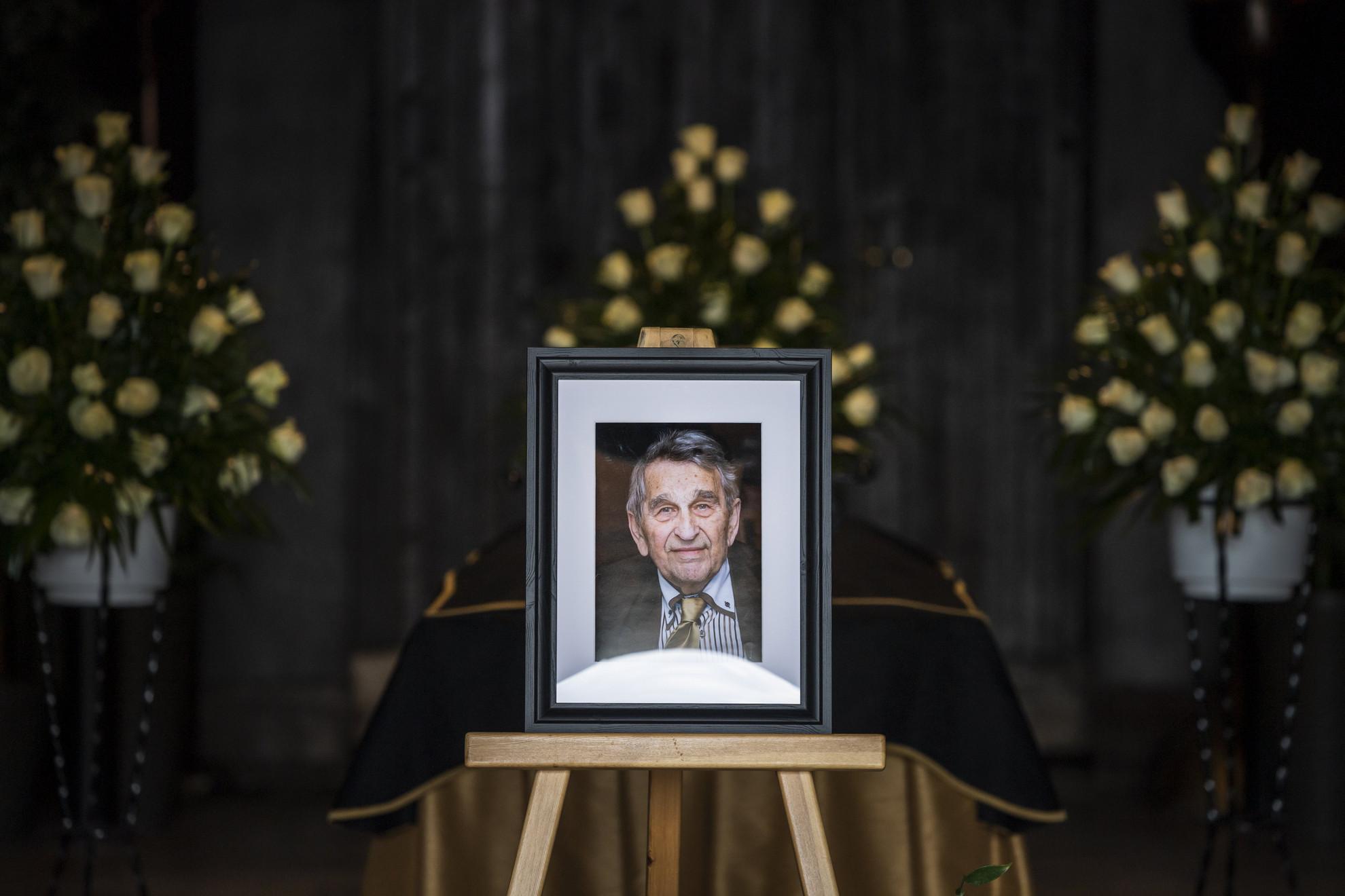 Hámori József, Széchenyi-díjas biológus, a nemzeti kulturális örökség volt minisztere, egyetemi tanár, a Magyar Tudományos Akadémia (MTA) egykori alelnöke búcsúztatása a Farkasréti temetőben