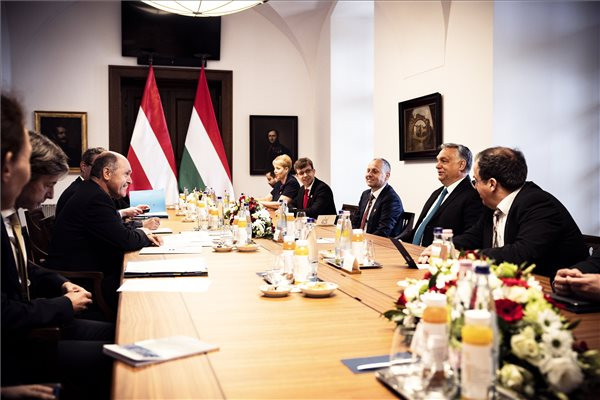 A Miniszterelnöki Sajtóiroda által közreadott képen Orbán Viktor miniszterelnök (j2) tárgyal Wolfgang Sobotkával, az osztrák törvényhozás, a Nemzeti Tanács elnökével (b3) a Karmelita kolostorban