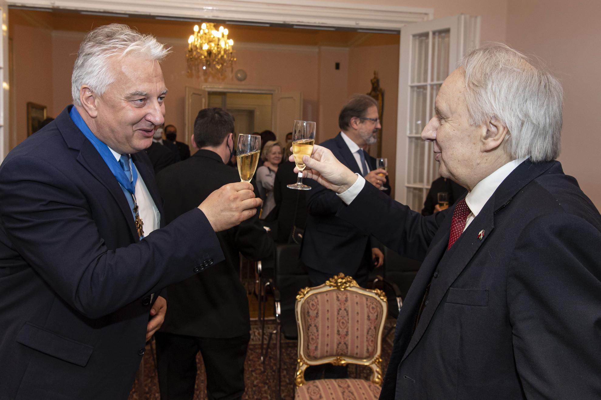Semjén Zsolt nemzetpolitikáért, egyházügyekért és nemzetiségekért felelős miniszterelnök-helyettes (b) és Jerzy Snopek, Lengyelország magyarországi nagykövete koccintanak