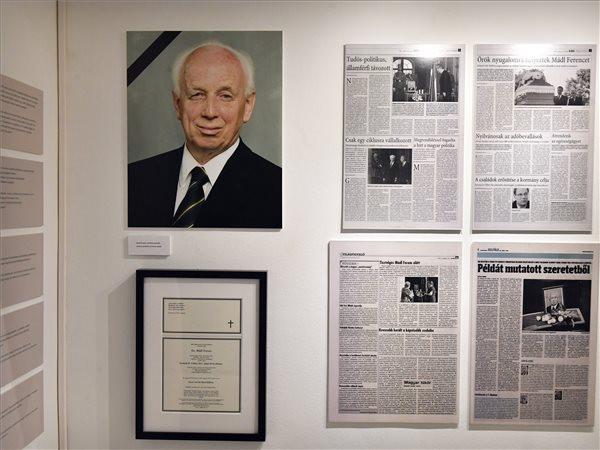 ,A megjelenés és a gondolkodás eleganciája című Mádl Ferenc-emlékkiállítás a megnyitó napján a Nemzeti Emlékezet Múzeumában
