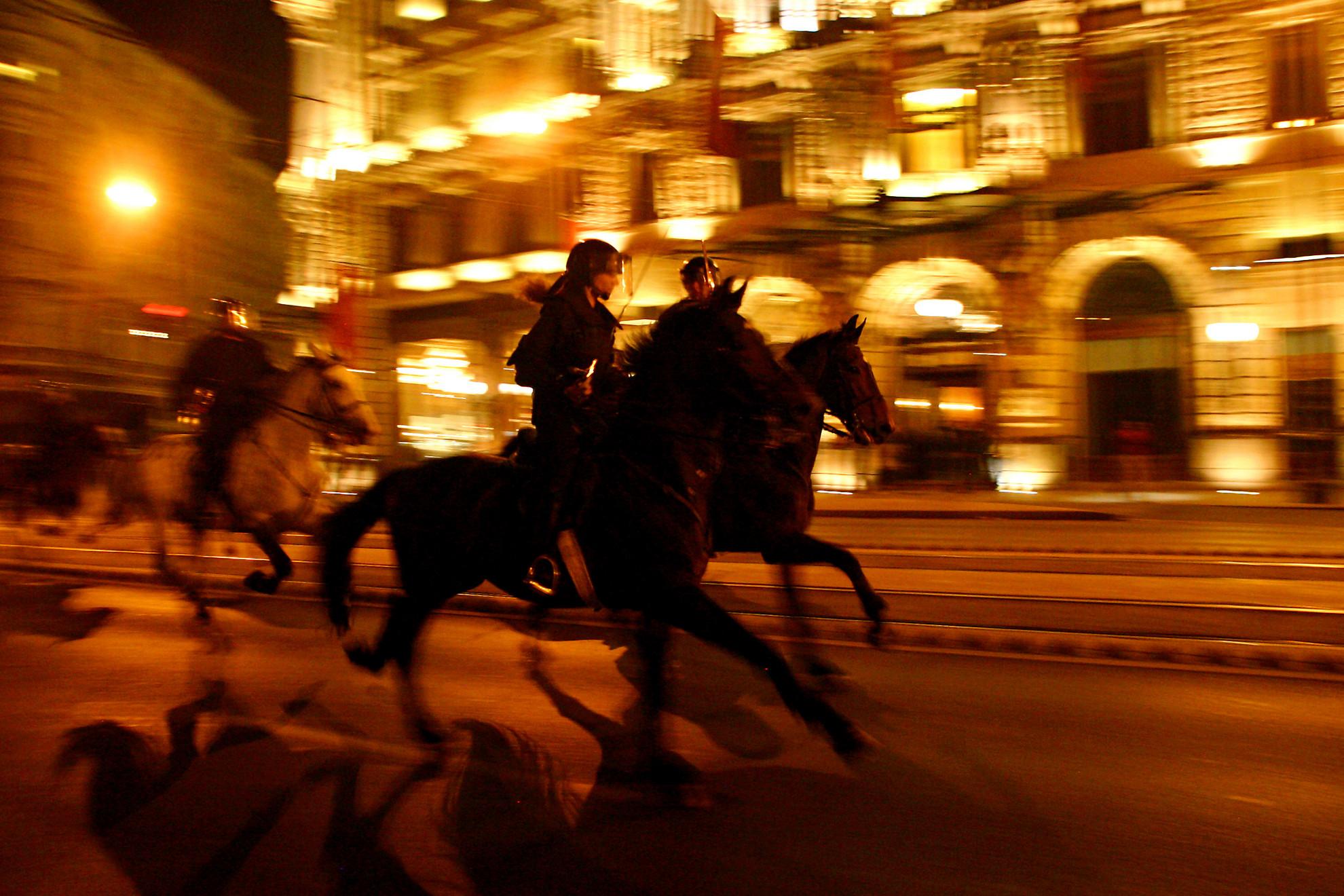 Az évforduló legvéresebb eseménye az volt, amikor a Deák téren és az Astoria környékén a Fidesz ünnepi megemlékezésén részt vevő több tízezres tömegre lovasrohamot vezényeltek