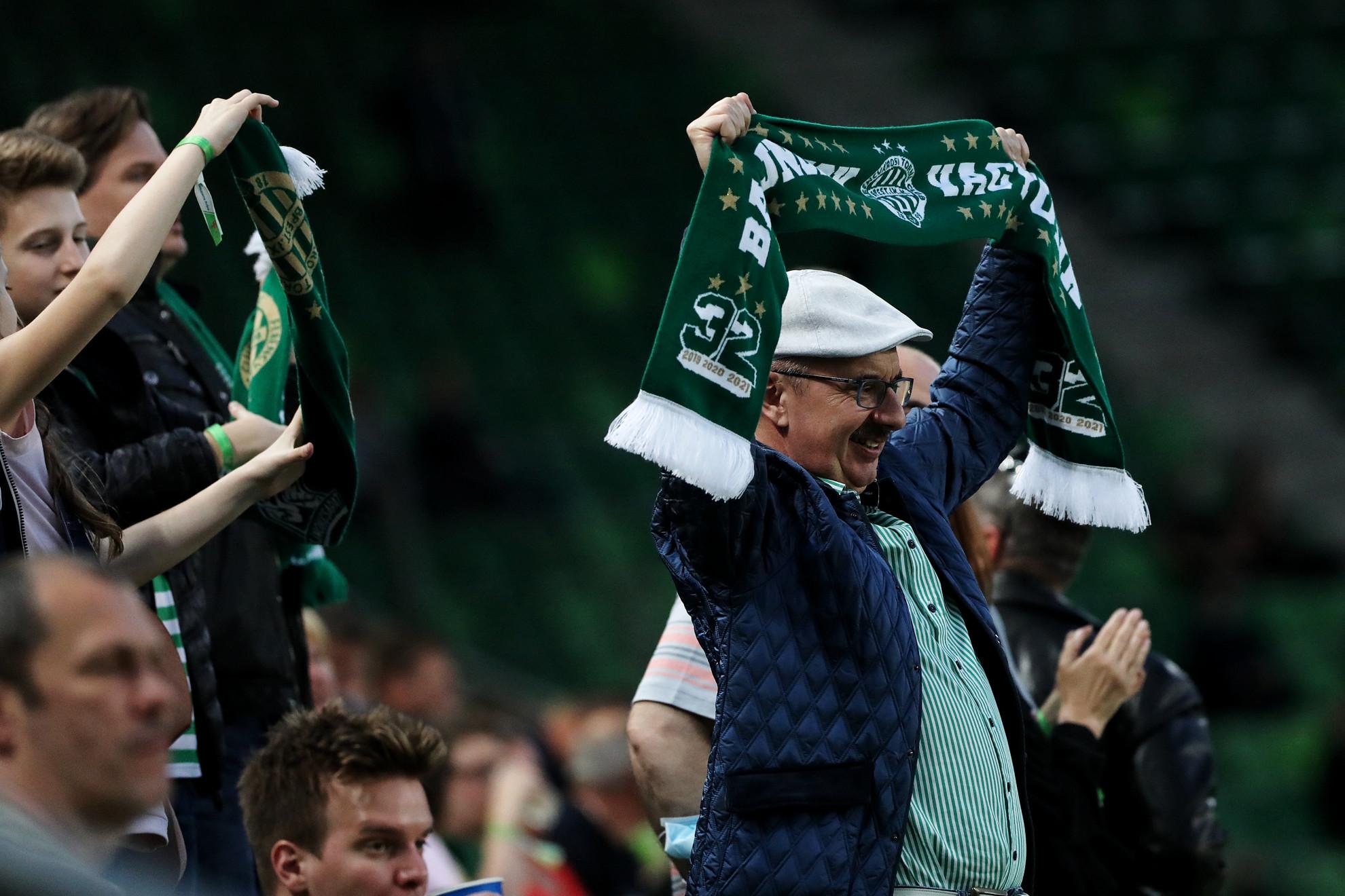 A hazai játékosok a bevonulás után tapssal köszöntötték azokat, akik közülük kijöttek a stadionba
